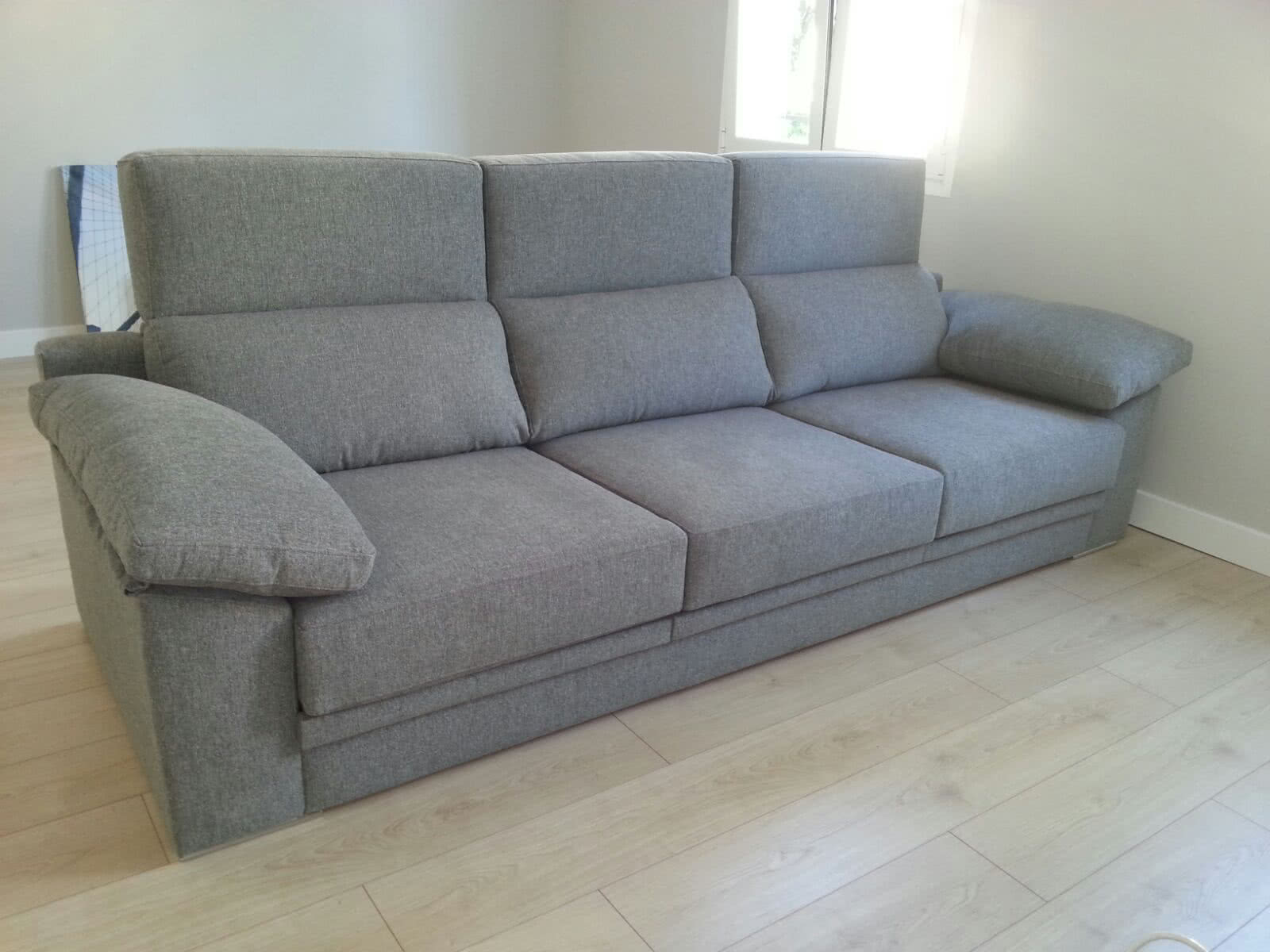 Sof modelo reclinable brazo almohadilla masabo for Sofas baratos madrid outlet